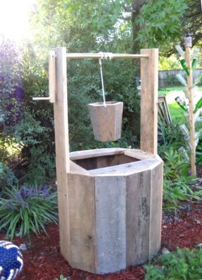 A wishing well, also made by Nell's father in law. By now we are ALL impressed!