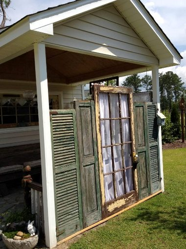 Upcycling old shutters in the garden flea market gardening for Decorating with old windows and shutters