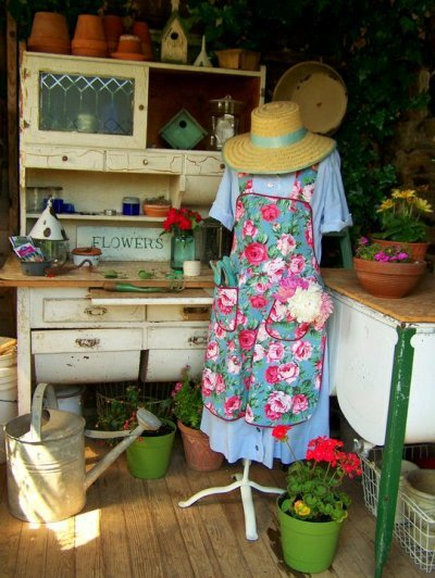 Mary Leaon dresses up her vintage style potting table with all the details of a 40s kitchen.