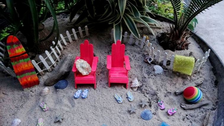 Beach garden detail....the flip-flops are buttons!
