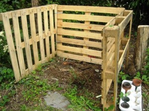 Pallets and metal stakes make an inexpensive 'bin'