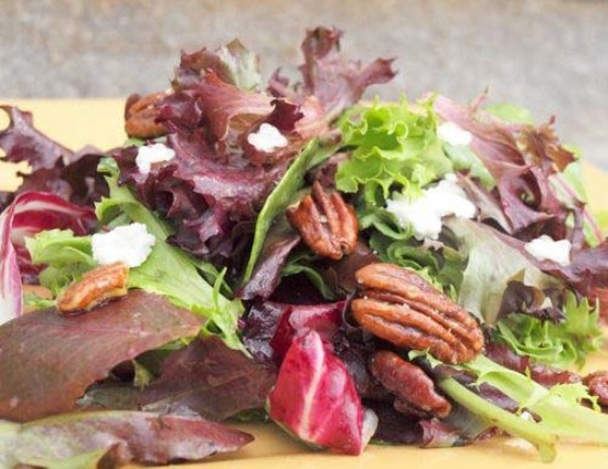 Mesclun salad with goat cheese and glazed pecans