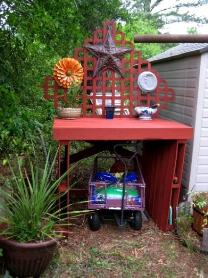 Nell Stelzer's father in law made this potting bench for her,....from pallets!