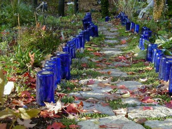 Make a sparkly wine bottle garden edging flea market for Borde plastico para jardin