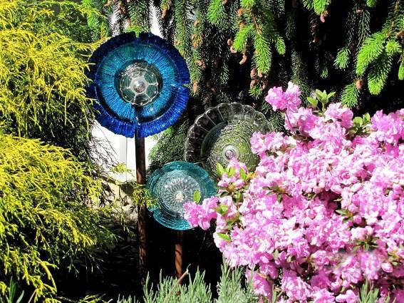 http://www.fleamarketgardening.org/wp-content/uploads/2014/07/Louise-Yuncks-flowers..peek-a-boo.jpg?e768a3
