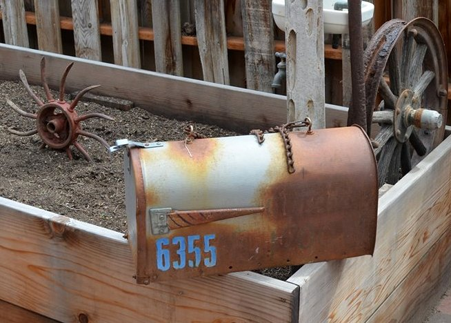 Marie Niemann' started with this nicely rusty mailbox