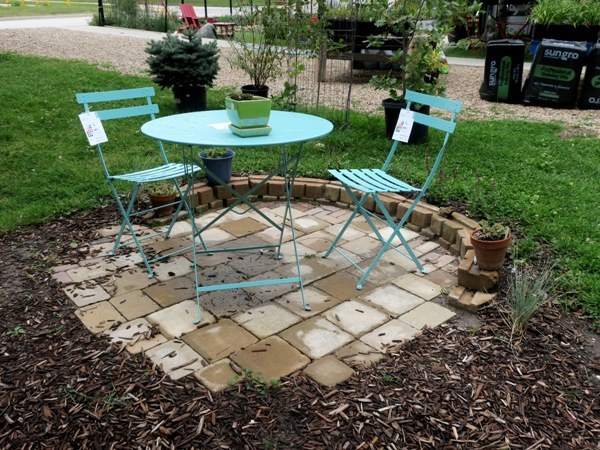 Anyone can create a small patio like this, square by square!